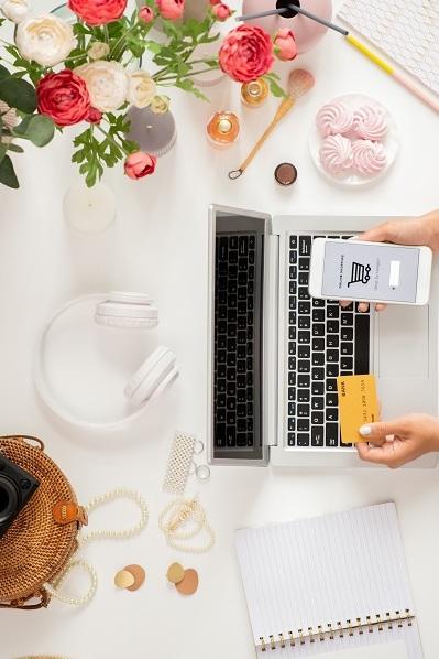 Persona comprando flores online y pagando con tarjeta