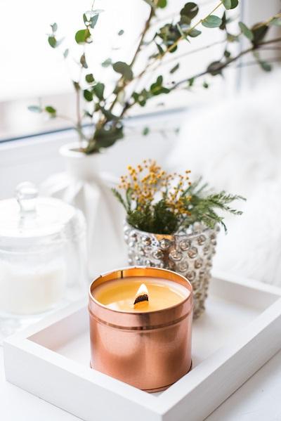 interior decorado con vela y flores