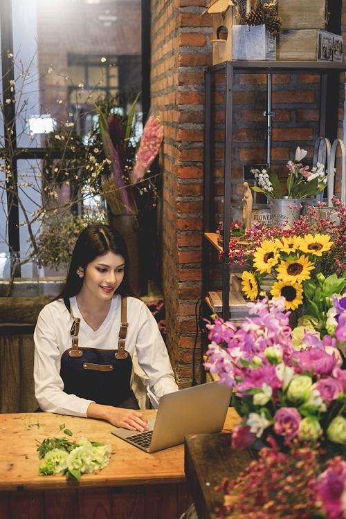 Florista gestionando pedidos online